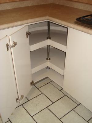 Interior de esquinero giratorio de cocina modernista for Muebles de esquina para cocina