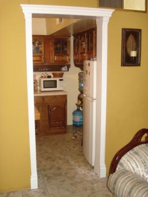 Marco para puerta con molduras closets cocinas y - Molduras de puertas ...