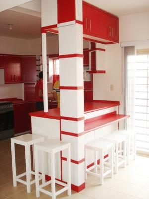 Barra contra barra esquinero y bancos de cocina integral for Mesa y banco esquinero para cocina