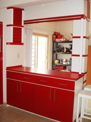 Barra de cocina integral contemporanea en color blanco y rojo ...