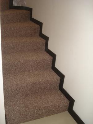 Zoclo en escaleras de mdf con chapa de encino closets for Proyectos en mdf