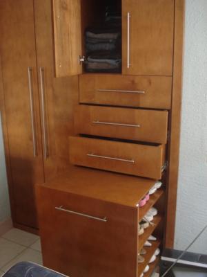 Cajonera y zapatera de closet modernista closets for Disenos de zapateras de madera