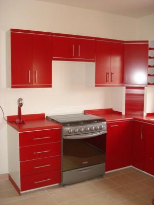Cocina integral contemporanea en color blanco y rojo - Cocinas color rojo ...
