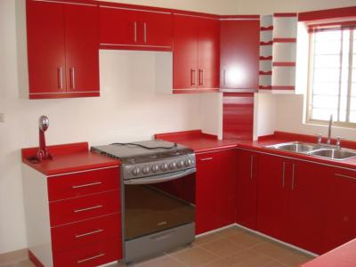 Cocina integral contemporanea en color blanco y rojo - Cocinas color rojo ...